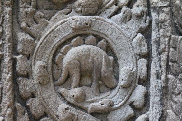 Стегозавр на стене древнего камбоджийского храма