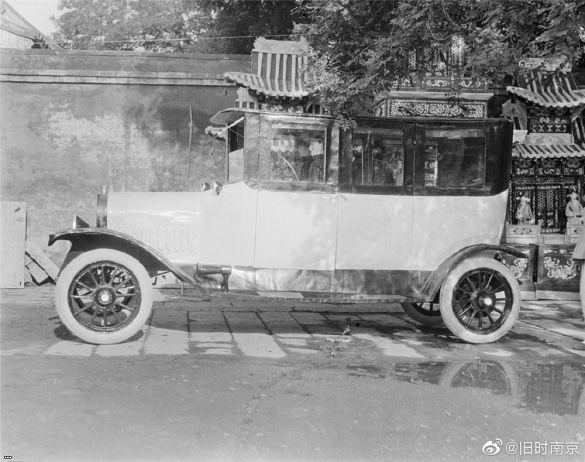 Ритуальная жертвенная модель автомобиля для передачи покойному в загробный мир
