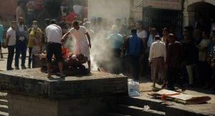 Непальский крематорий на берегу священной реки