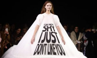 Слоганы и мат на модном показе. Прогресс или упадок?