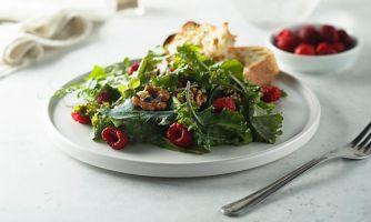 Салат с малиной и грецкими орехами
