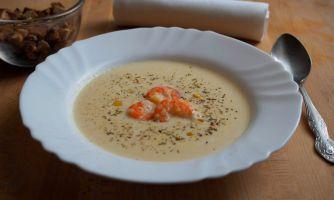 Кукурузный суп с креветками и сыром