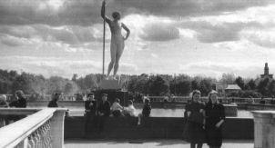 «Девушка с веслом» и пролетарий с булыжником
