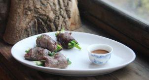 Корейские рулетики из говядины и зелёного лука