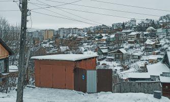 Разваливающиеся деревянные бараки в России