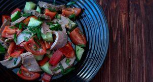 Салат с пикантной телятиной и свежими овощами