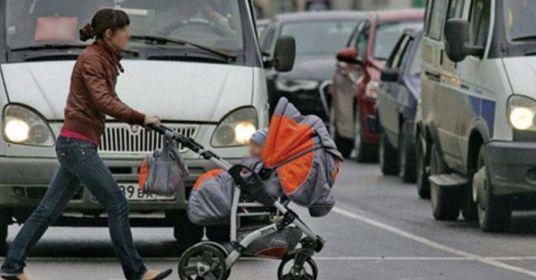 Как не надо переходить дорогу с коляской