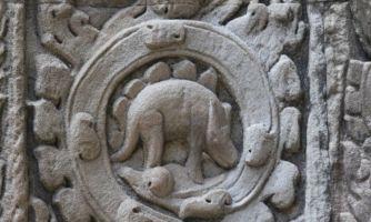 Что делает стегозавр на стене древнего храма?